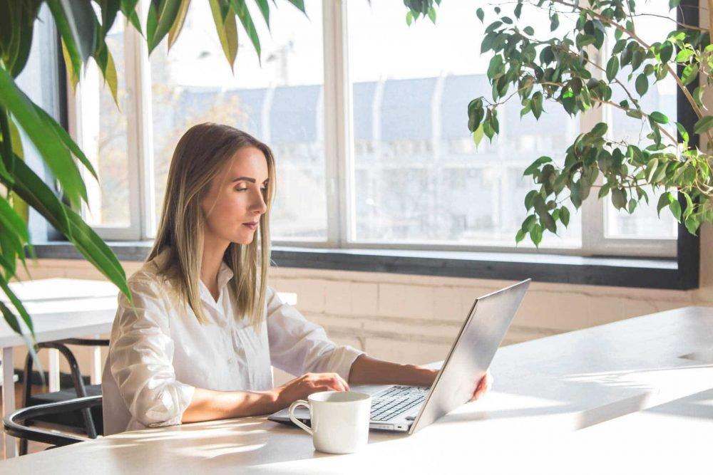 mujer teletrabajando en espacio de coworking