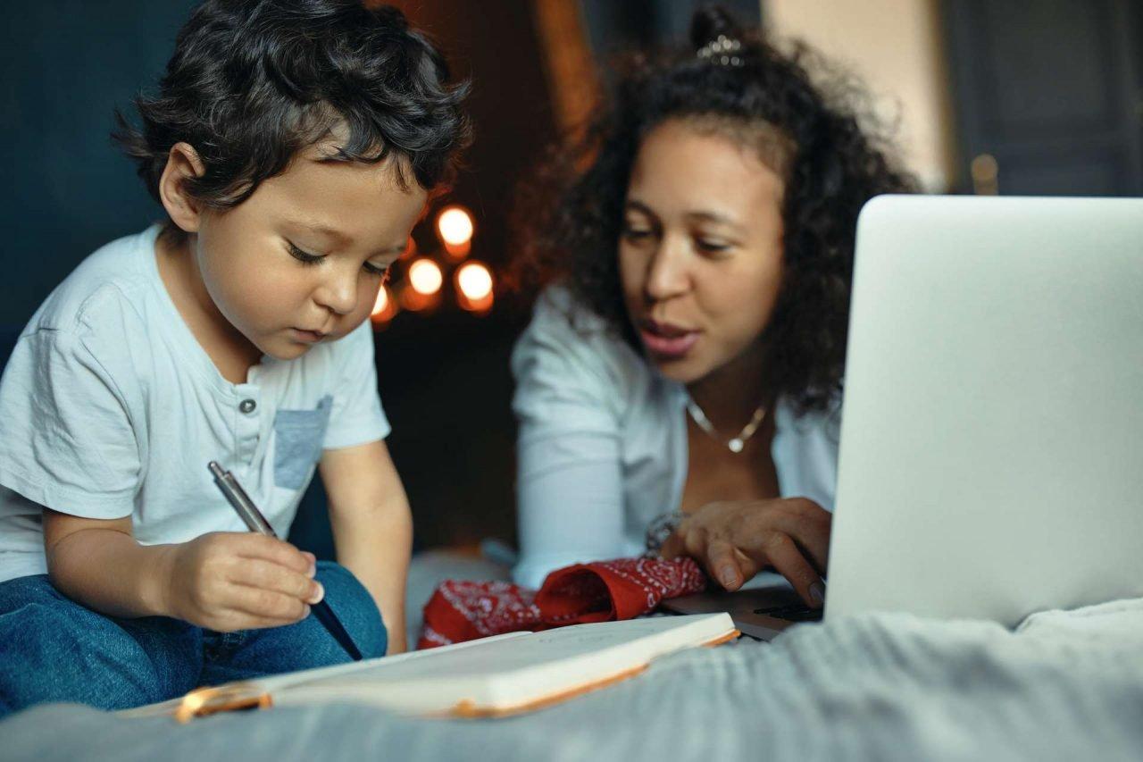 Madre y niña teletrabajando - conciliación familiar