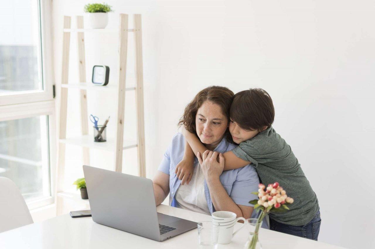 Madre teletrabajando - conciliación familiar