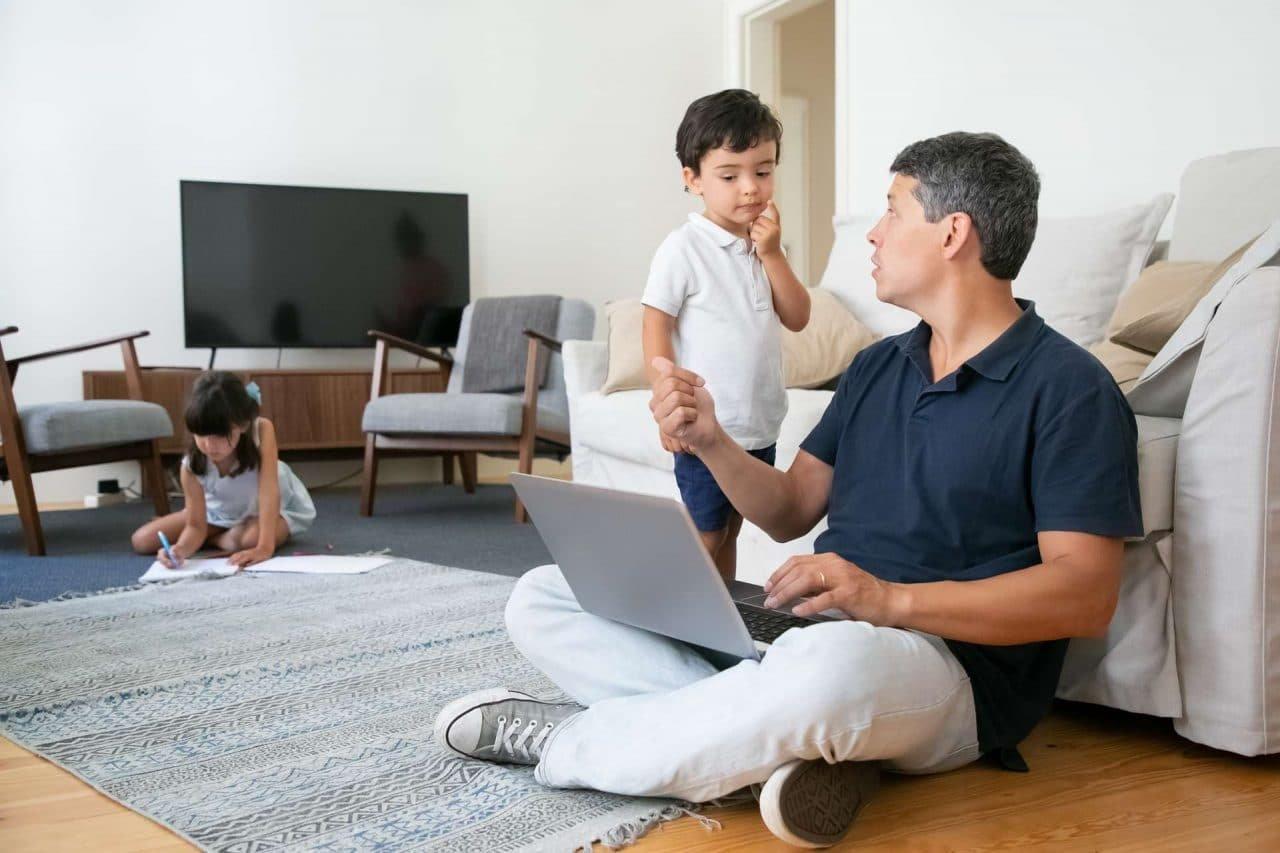 padre teletrabajando - conciliación familiar
